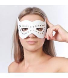 Белая маска на глаза с разрезами и заклепками